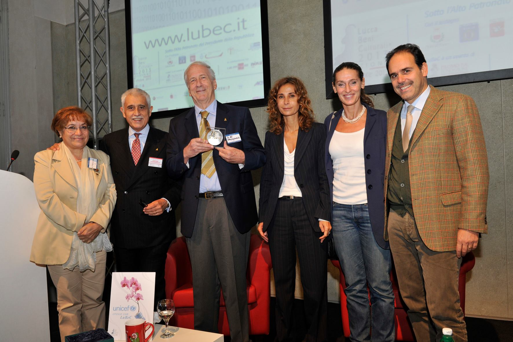 from left, Antonia Recchia, Secretary-general of the Ministry of National Heritage and Culture and Tourism; Gaetano Scognamiglio, President of  Promo PA Fondazione; David Packard; Francesca Velani, vice-president of Promo P.A. Fondazione;  Cristina Scaletti, Councillor in charge of Culture and Tourism for Tuscany; Andrea Marcucci, President of the Senate Committee for Culture