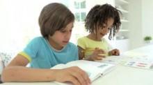 due-bambini-afroamericani-che-fanno-compito-cucina-38349291