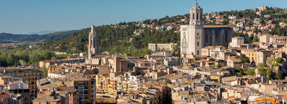 Girona is one of the cities with the most personality in Catalonia. Wandering Girona's ancient streets is a continuous journey of discovery around its hidden corners, both large and small.