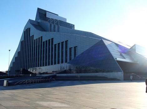 800px-Latvijas_Nacionālā_bibliotēka_Rīgā_-_panoramio